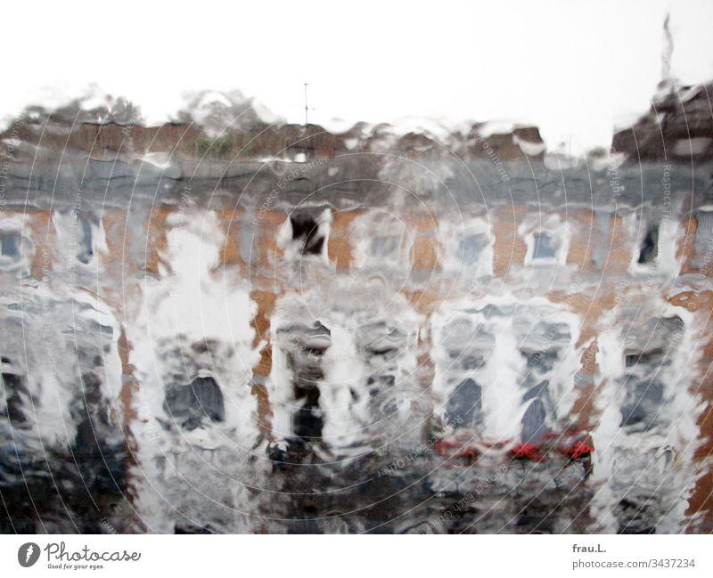 Ihr Blick auf die Hausfassaden verschwamm, lag es am Regen oder den Zwiebeln, vielleicht gar am Wein? Häuser Außenaufnahme Farbfoto Menschenleer Fenster Balkone