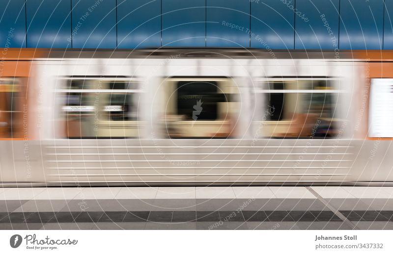 Vorbeifahrender silberner U-Bahnwagen vor blauer Wand S-Bahn Tram ÖPNV Hamburg Hochbahn Nahverkehr Pendler Stadtverkehr Autofrei klimaschutz Umweltschutz urban