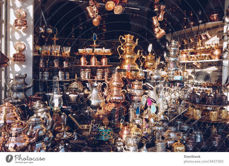 Traditionelle Tee- und Kaffeesets oder Teekannen in Istanbul - Türkei Basar herrschaftlich Truthahn Türkisch Becher Souvenir Markt traditionell Tourismus Design