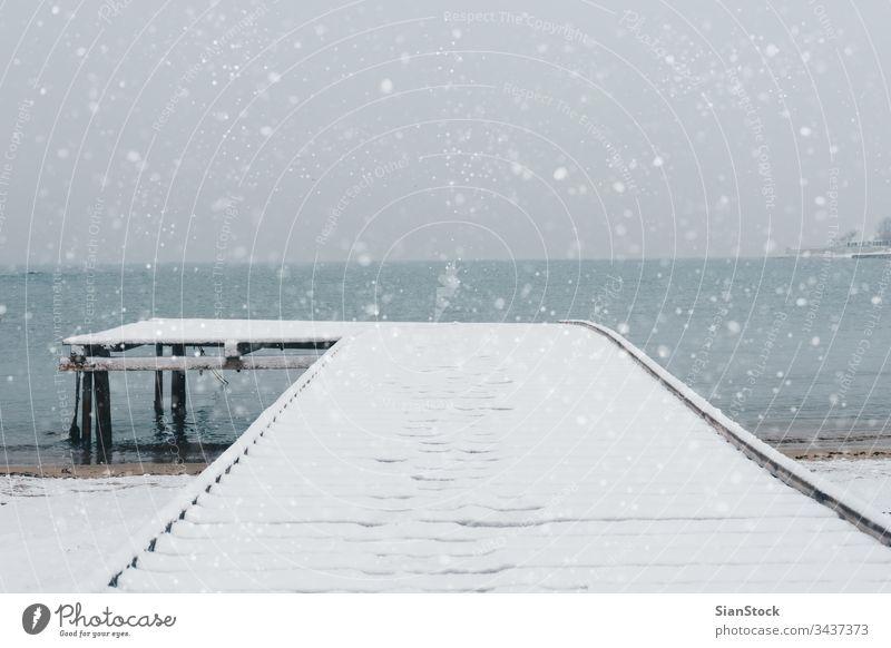 Schneelandschaft am Meer Winter Landschaft Anlegestelle MEER Wasser Natur kalt Wetter weiß Eis Himmel Hintergrund Bucht Licht reisen schön Küste maritim