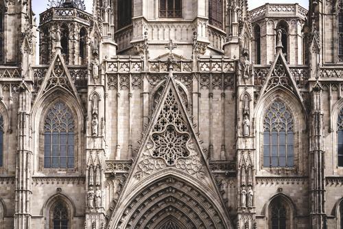 Fensterrose und filigrane Skulpturen an der Vorderseite einer gotischen Kathedrale Basilika Architektur architektonisch erbaut Struktur Gebäude Historie