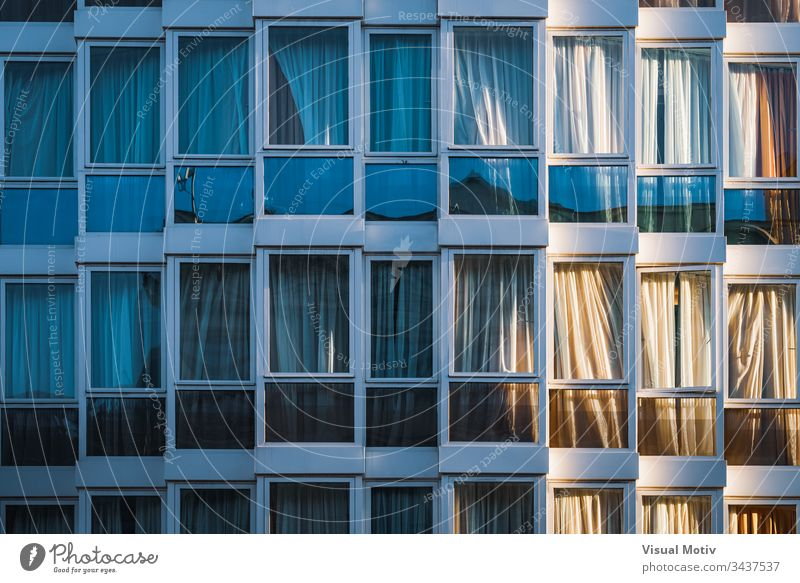 Eklektisch verglaste Fassade eines städtischen Gebäudes Fenster Architektur architektonisch urban Appartement wohnbedingt Metropolitan konstruiert Struktur