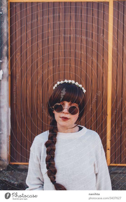 Junge brünette Frau mit Retro- und Hippie-Stil hübsch braun Gesicht naiv süß jung youht Geflecht lange Haare im Freien Diadem Haarband cool trendy frisch