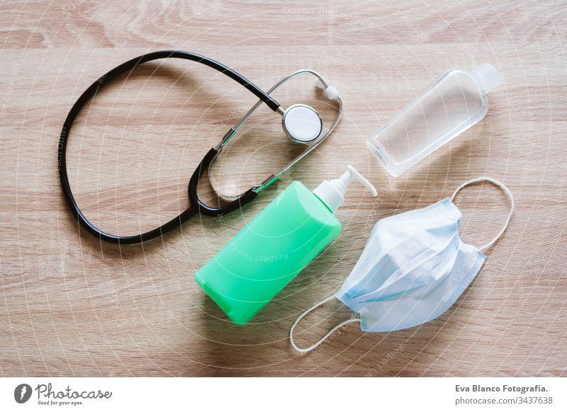 Alkohol-Gel oder antibakterielles Desinfektionsmittel, Stethoskop und Schutzmaske. Hygiene- und Coronavirus-Konzept. Covid-19 Mundschutz Medizin Krankenhaus