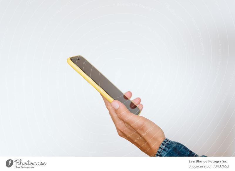 Nahaufnahme einer Frau, die in geschlossenen Räumen ein Mobiltelefon benutzt. Technologie-Konzept Mädchen eine Person Handy unkenntlich Technik & Technologie
