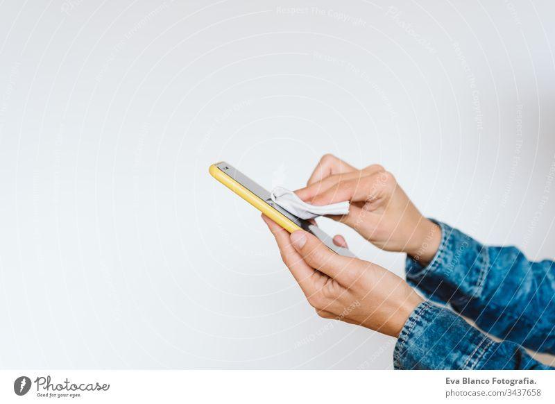 Nahaufnahme einer Frau, die ihr Handy mit Desinfektionsmittel reinigt. Hygiene und Coronavirus covid-19 Konzept Sauberkeit Corona-Virus Bildschirm