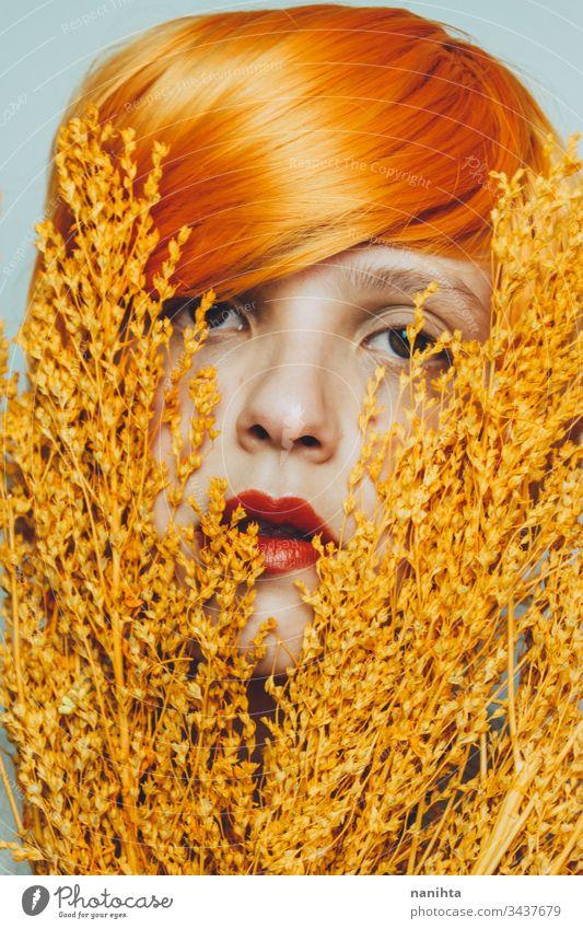 Stimmungsvolles Porträt einer weißen Frau in Orange-Tönen abschließen orange Rotschopf Rothaar Kunst künstlerisch Atelier Ausdruck expressiv Schönheit
