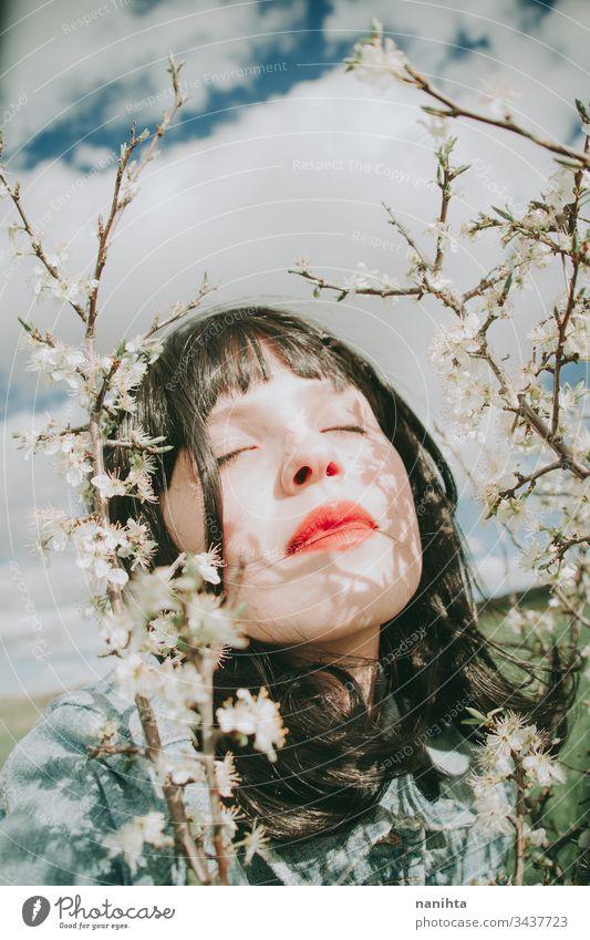 Hübsche junge Frau posiert in der Nähe von Frühlingsblumen Porträt Schönheit hübsch Gesicht Model Kunst künstlerisch Stimmung Blumen schön natürlich wirklich