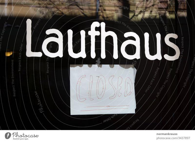 Laufhaus geschlossen Bordell prostitution schild hinweis closed schrift wort handgeschrieben zettel Außenaufnahme Buchstaben