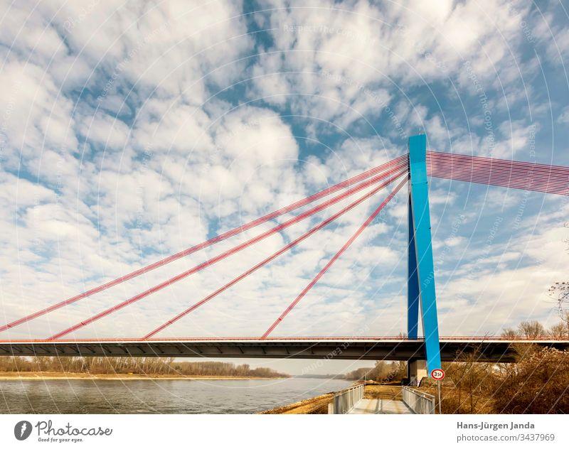 Hängebrücke über einen Fluß mit blauem Himmel hängebrücke autobahn bach strand autos überführung straße fluß pfeiler ufer wolken verkehr transport himmel
