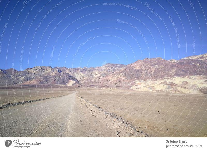 Leere Wüstenstraße mit blauem Himmel in Amerika leere Autobahn Autobahn-Panorama Straße leere Straße amerikanische Autobahn Highway in der Wüste Verkehr reisen