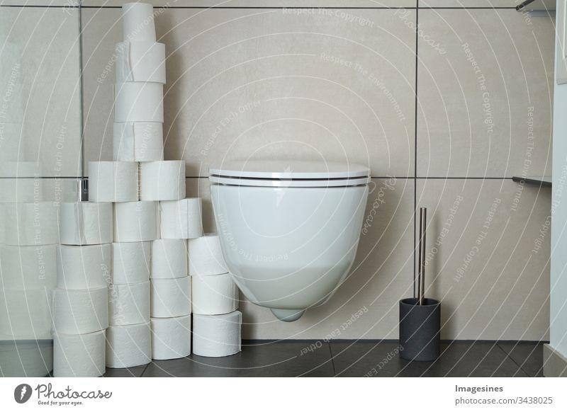 zu viele Toilettenpapier Rollen in einem Badezimmer, Toilettenraum. Übergebrauchs Hygiene und medizinisches Gesundheitskonzept. Konzept des Panikkaufs während der Quarantäne von Coronavirus Covid-19