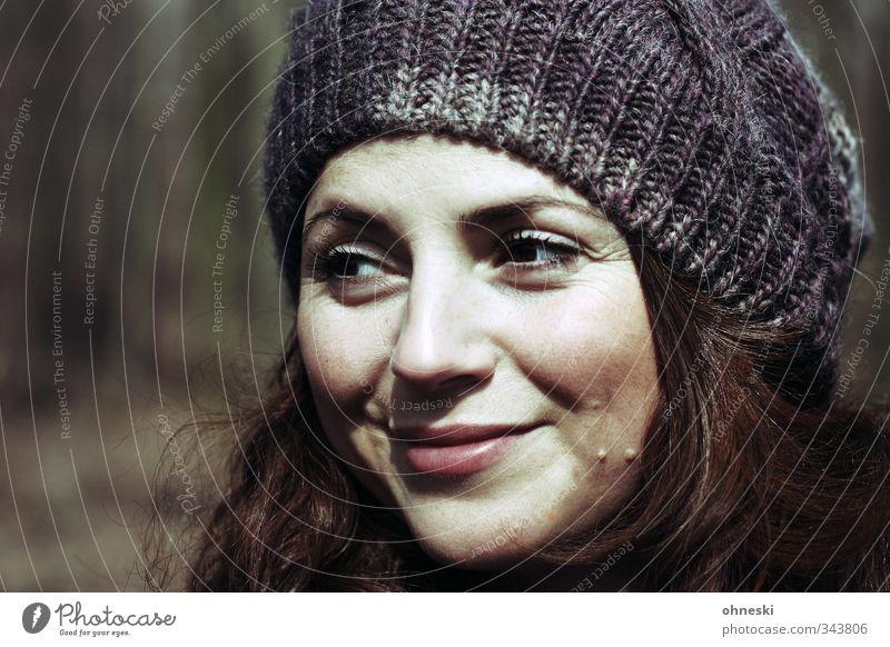 Happy Birthday Mensch Jugendliche schön Junge Frau Erwachsene feminin 18-30 Jahre Kopf Zufriedenheit Lächeln Fröhlichkeit Freundlichkeit Lebensfreude Mütze
