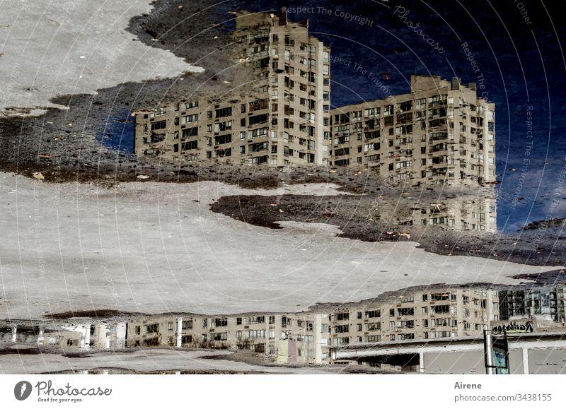 Klimawandel | versinkende Stadt Reflexion & Spiegelung Tag trist nass dunkel Beton Fassade Bürogebäude Gebäude Wasser Bauwerk Pfütze Urelemente gelb Irritation