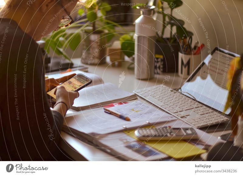 homeschooling Homeschooling Schule Homeoffice Büro Innenaufnahme Farbfoto Arbeitsplatz Büroarbeit Arbeit & Erwerbstätigkeit Bildung Karriere Praktikum