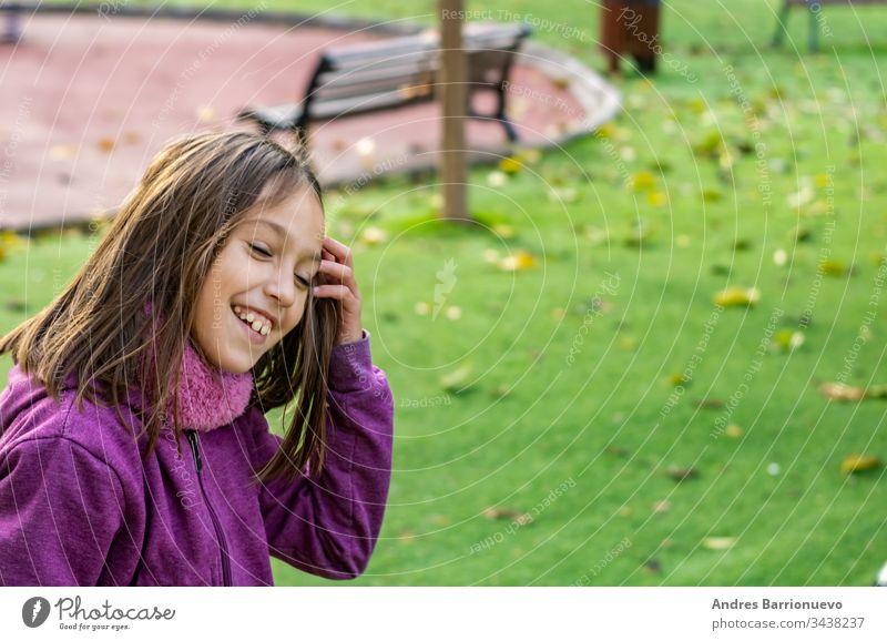 Kleines Mädchen spielt im Park Kind wenig Vorschule Tochter Kindheit Lächeln Vorschulkind niedlich rosa Rolle Lernen fallen Freizeit inline genießen