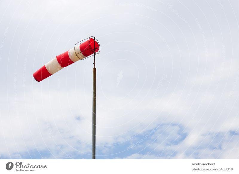 Windsack windig Wetter Himmel Meteorologie Unwetter stürmisch rot weiß gestreift Flughafen Luftverkehr Cloud im Freien Mast Messung Flugplatz fliegen