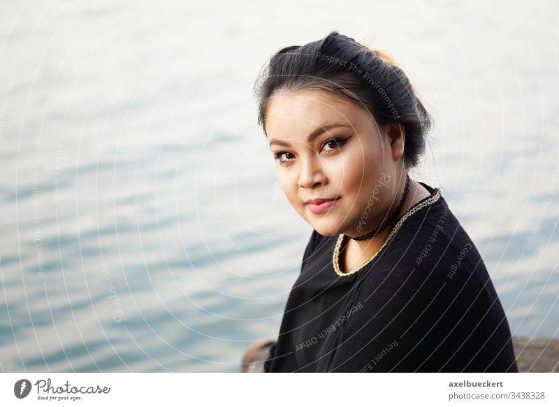 junge Asiatin am Wasser asiatisch Frau Mädchen Lächeln See Teich MEER Fluss Glück Fröhlichkeit selbstbewusst Natur elegant im Freien außerhalb mollig Übergröße