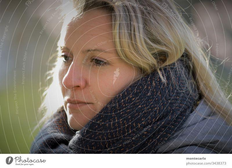 Junge Dame mit Schal im Winter Leben feminin Junge Frau Mensch 30-45 Jahre Erwachsene Denken warten authentisch Stimmung blond natürlich seriös Farbfoto