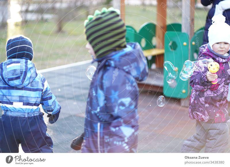 Coronavirus-Ausbruch, Kinder blasen Blasen Air asiatisch Baby Hintergrund Schlag Kaukasier heiter Kindheit Chinesisch Corona-Virus covid-19 Krankheit Seuche