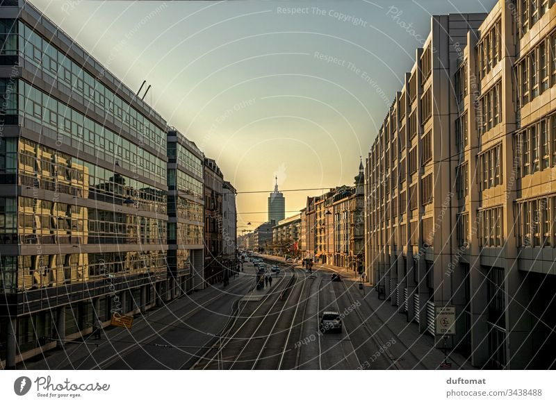 München, urbane Romantik, Sonnenuntergang, Filmkulisse Stadt Architektur geometrisch Außenaufnahme Fassade Fenster abstrakt modern Klotz Gebäude Außenseite