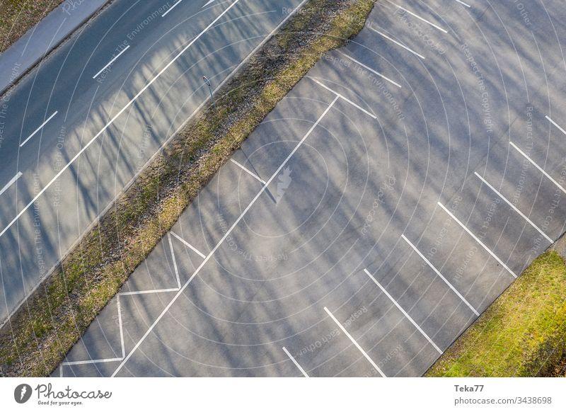 Leerer Parkplatz von oben parken Autos PKW Linien Beton Baum Bäume weiß grau Straße Verkehr Großstadt
