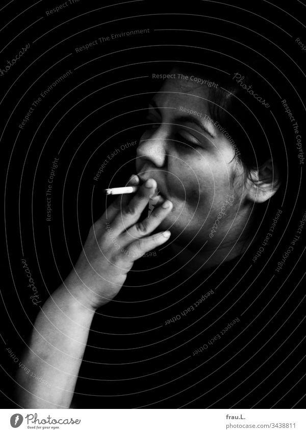 Sie hatte das widerspenstige Feuerzeug ausgetauscht, nun konnte die Schöne rauchen wann immer sie wollte, und das tat sie mit Inbrunst. Frau Zigarette feminin