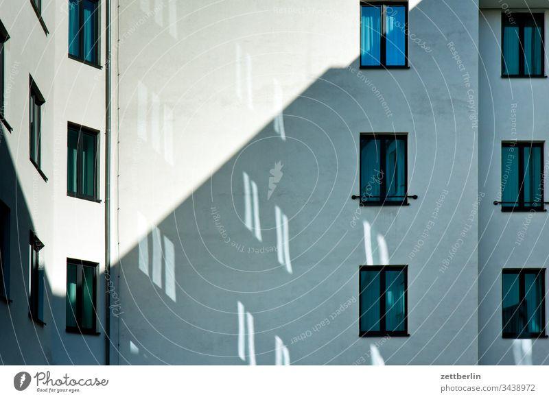 Lichtflecke im Hinterhof außen berlin brandmauer deutschland fassade fenster frühjahr frühling hauptstadt haus hinterhaus hinterhof innenhof innenstadt licht
