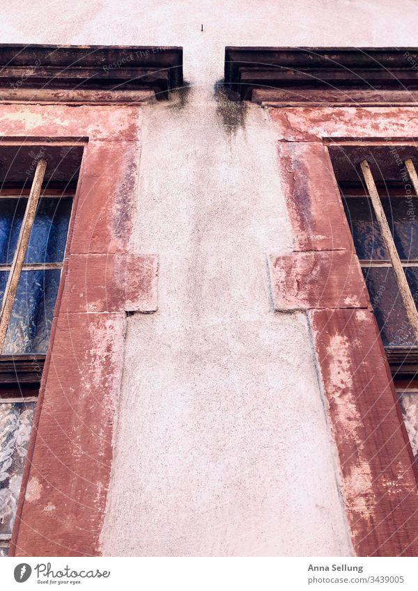 Strukturen von zwei Fenstern rot orange orange-rot retro Menschenleer Farbfoto mehrfarbig Mauer Fassade abstrakt Architektur Linie Muster Farbe Stil Streifen