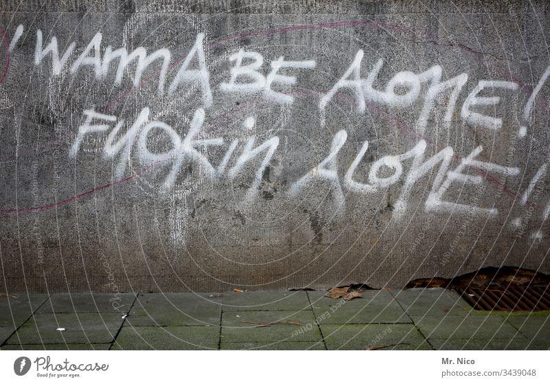Lasst mich in ruhe ! Graffiti Mauer Wand Schriftzeichen Fassade Stadt Betonwand Bürgersteig gehweg Zeichen alleine lassen alone fuck fuck you fuck off genervt