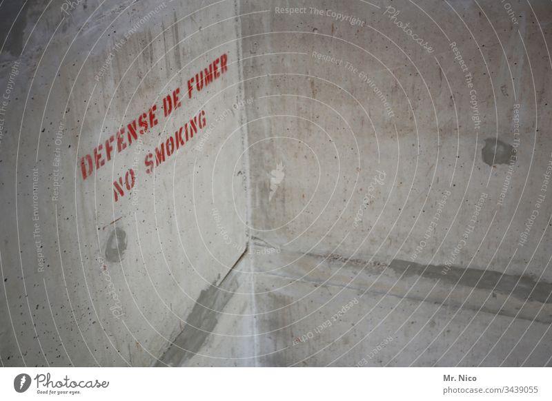 Rauchen verboten Beton Betonwand Englisch Französisch Fremdsprache Wand Hinweisschild Schilder & Markierungen Warnschild Verbote Mauer Gesundheit Schriftzeichen