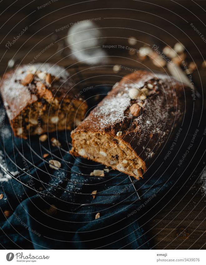 Bananenbrot / Kuchen backen Backwaren Kuchengitter soulfood süß lecker Lebensmittel Dessert Foodfotografie Kalorienreich Available Light Schwache Tiefenschärfe