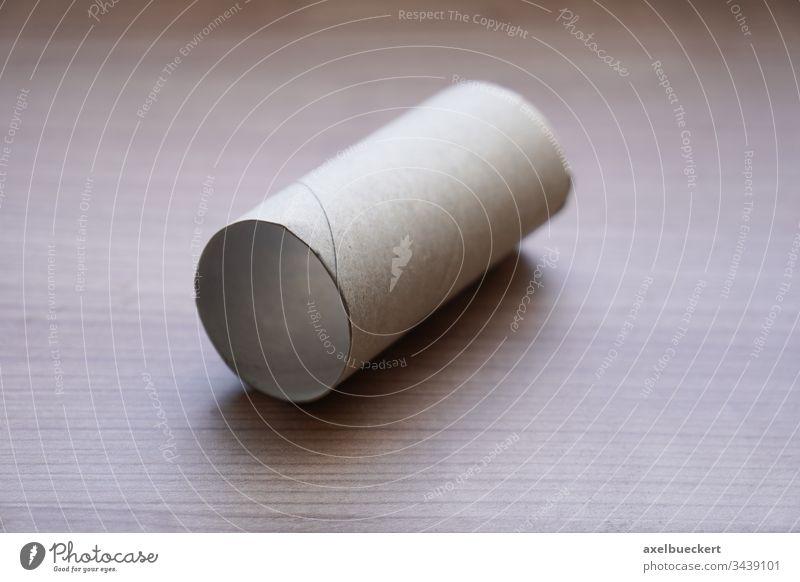 leere Toilettenpapierrolle - kein Toilettenpapier mehr Hygiene Panikkäufe Körperpflege Engpass Coronavirus Krise Objekt Haushalt Konzept Produkt niemand Ende