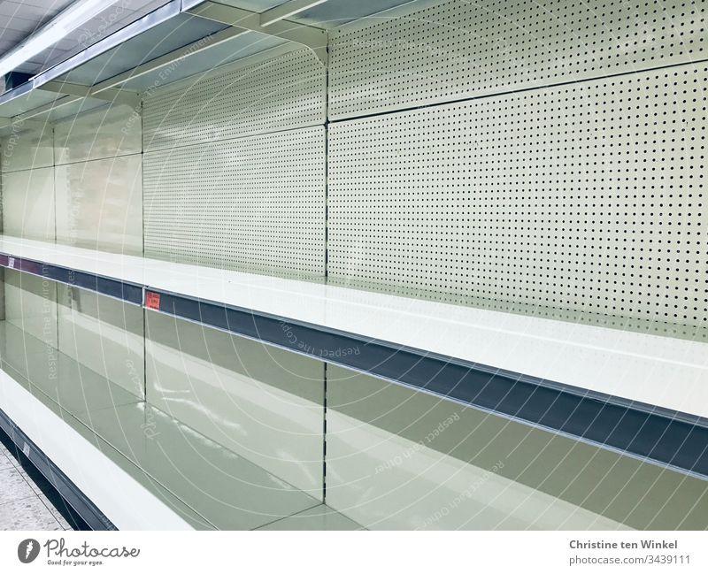Leere Regale im Supermarkt weiß Lager Einkaufsmarkt leere Regale ausverkauft Einzelhandel Hamsterkäufe coronakrise glänzend Konsum Handel Gewerbe Hintergrund