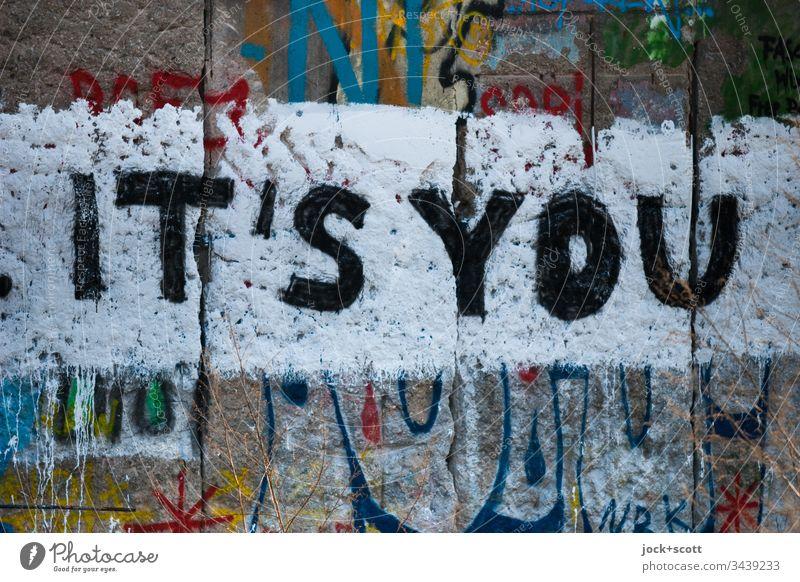 It's you geschrieben auf der Berliner Mauer Straßenkunst Subkultur Schriftzeichen Graffiti Kreativität Wort gestalten Inspiration Wand Detailaufnahme