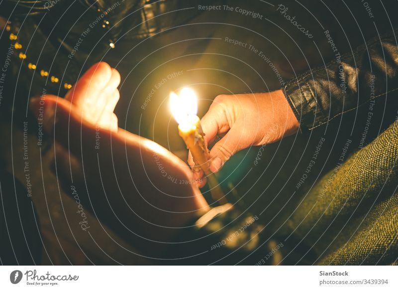 Frau hält nachts während der Osterfeierlichkeiten eine Kerze Ostern Kirche Kerzen orthodoxe Religion christian Licht Menschen Gebet Feuer dunkel Nacht Flamme