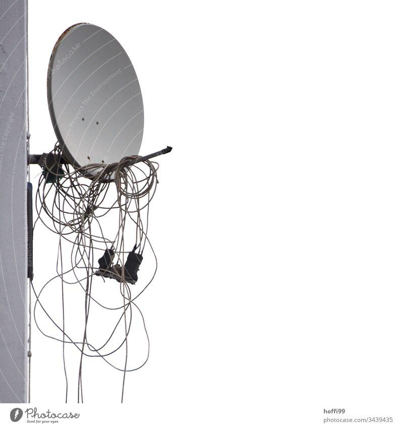 Satellitenschüssel offline - kein Empfang Antennenkabel urban Satellitenantenne Himmel Farbfoto Fernsehen Menschenleer Haus Dach Schornstein