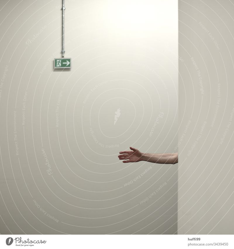 helfende Hand zum Notausgang Ausfahrt Minimalismus Ausgang Schilder & Markierungen Wand Fluchtweg Pfeil Ausweg rennen Angst retten Hinweisschild Zeichen
