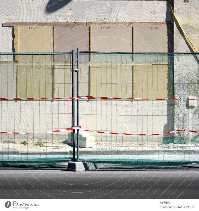 Bauzaun Konstruktion Zaun Baustelle Borte Metall abstrakt Barriere Straße Strukturen & Formen Flatterband Beton Isolierung (Material) Wand Enttäuschung Riss