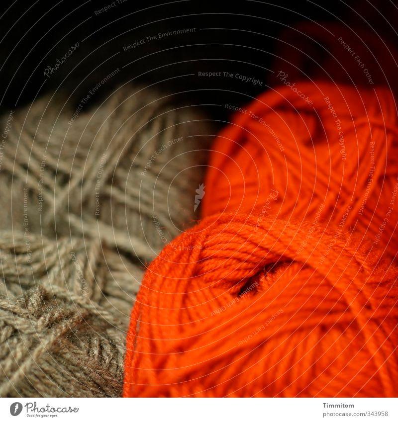 Wintervorsorge. Wolle Wollknäuel liegen ästhetisch einfach braun rot Gefühle dunkel Schaufenster Farbfoto Innenaufnahme Menschenleer Textfreiraum oben Tag