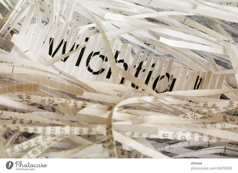 """das Wort """"wichtig"""" im Aktenvernichter unwichtig Reißwolf Papierschredder Entsorgung Häcksler Schredder zerkleinern Recycling vernichten unbrauchbar schneiden"""