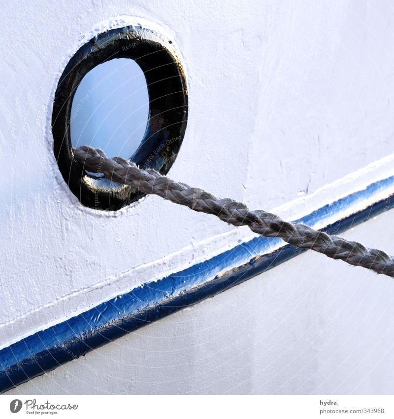 Ich schau dir in die Klüsen, Kleines blau alt weiß schwarz Auge Wasserfahrzeug Linie Kraft Seil rund Güterverkehr & Logistik Hafen stark fest Schifffahrt Stahl