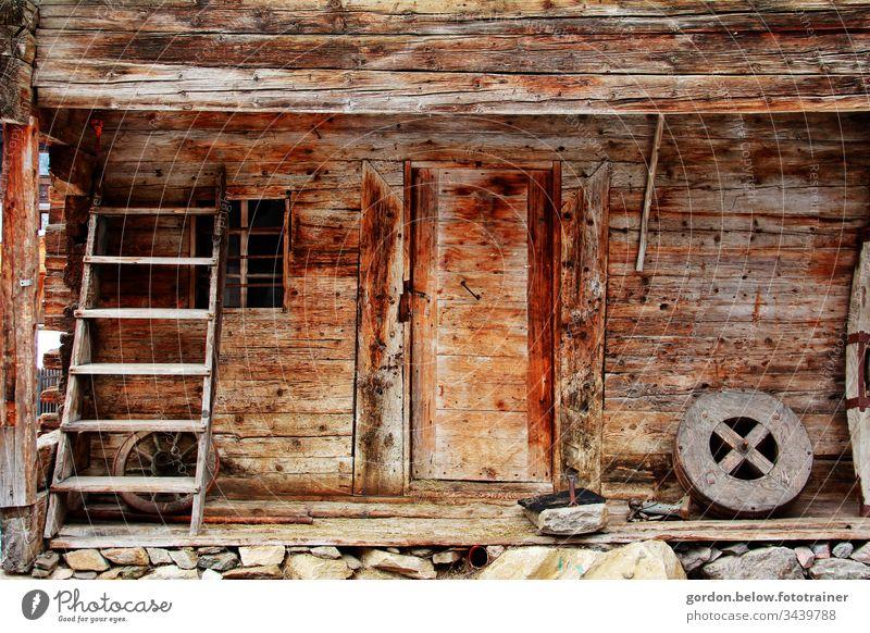 Bergromantik Farbaufnahme Tageslicht Gebäude Holzschuppen wenig Farbe Brauntöne menschenleer Außenaufnahme Architektur Stein alt Haus Fassade Mauer Fenster