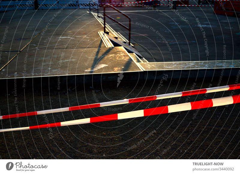 Skateboard Arena in der Abendsonne, abgesperrt mit rot weißem Flatterband | Corona Thoughts Spielplatz Sportplatz Betonboden Absperrband flatterband