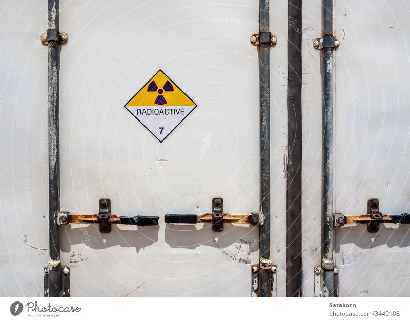 Strahlungswarnzeichen auf dem Gefahrguttransportetikett Klasse 7 am Container des Transportfahrzeugs Zeichen radioaktiv Ermahnung Lastwagen kennzeichnen Symbol