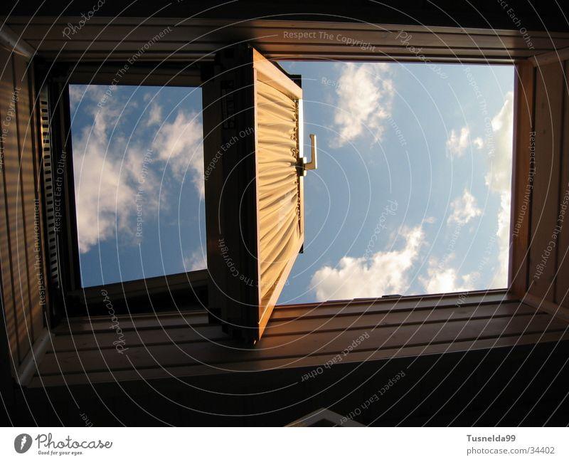 Die zwei Gesichter des Himmels blau Wolken Fenster Dachfenster