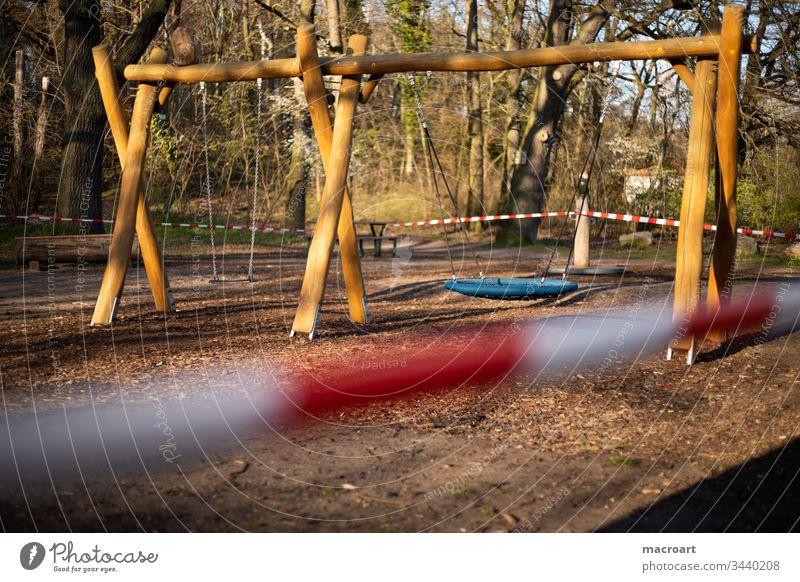 Spielplatzverbot - Corona Virus 2020 Halle Deutschland Covid19 Ausgangssperre abgesperrt Sperre Absperrband rot weiß nahaufnahme spielen kinder verboten
