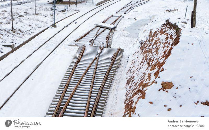 Verschneite Zuggleise Eisenbahn verschwindend modern saisonbedingt weitergeben Verkehr natürlich nördlich verschneite Regie frieren Weg Frost Schiene Transport