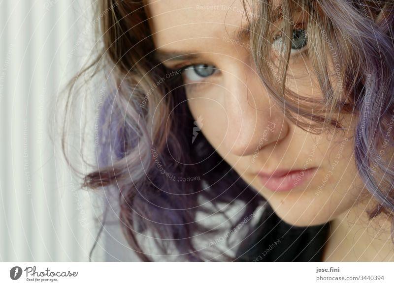 Junge Frau mit violetten Haaren ästhetisch Gesicht portrait hübsch Gedanke einzigartig Identität verstecken beobachten Schüchternheit Mädchen Locken schön