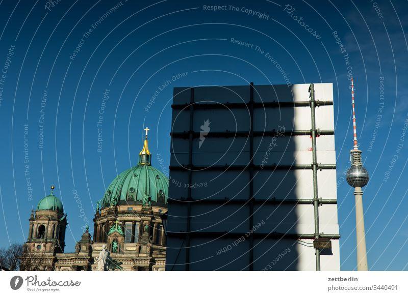 Berliner Dom und Fernsehturm außen berlin deutschland frühjahr frühling hauptstadt haus licht schatten sonne urban dom berliner dom kirche religion fernsehturm